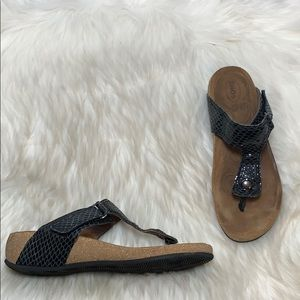 Taos Lucy Embossed Leather Thong Sandals Sz 38/7.5